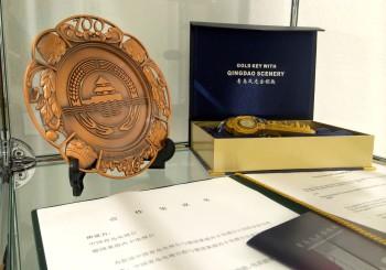 Gastgeschenke aus Qingdao, die die Verbundenheit zwischen RNF und Qingdao-TV symbolisieren. Die Kooperation gibt es seit 2004.