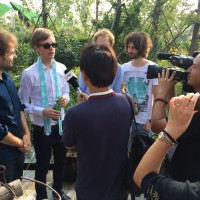 """Am Ende stürzten sich nicht nur die chinesischen Fans, sondern auch das Team von Qingdao-TV auf """"Amsterdamn""""."""